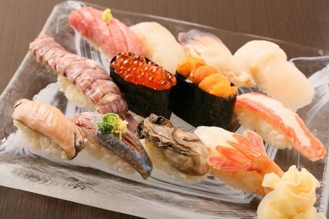 『はなぶさ握り 13貫』~いろいろな味わいの旬魚を一皿で満喫~