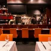 居心地のよいカウンター席で、シェフと語らいながら憩いの食事