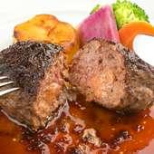 大満足のメイン料理『黒毛和牛ハンバーグ フォアグラ詰め』