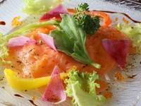 しっかりとした味わいが魅力的な『ノルウェーサーモンのマリネ ハニーマスタードソース』