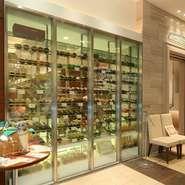 ガラス張りのワインセラーが圧巻です。常時50~60種類が揃うので、必ず好みのワインが見つけられます。