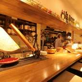 ラクレットヒーターを設置、目にも楽しいチーズ好きが集まるお店