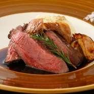 鹿の肉を使ったジビエは、赤肉で柔らかくジューシー。鹿の中でも特に柔らかみがあるランプ(モモ部分)は、きめが細かい繊維質。その柔らかさをぜひ直接味わってください。