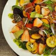自然の野菜とフルーツの甘みや酸味が感じられるサラダは、舌だけではなく目でも楽しめるおしゃれな一品。季節ごとに野菜やフルーツが変わるので、何度も違う味が楽しめるメニューです。