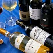 イタリア星付きレストランで3年修業したシェフが自ら試飲を重ね200種類の厳選ワインが常時楽しめます。 お料理に合わせてお任せでも お好みを伝えても グラスから楽しめます。
