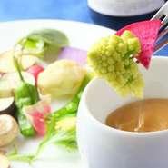季節を感じながら旬の美味しさを味わえる、季節感を大切にしたメニューが充実しています。厳選された旬の食材は毎日市場で吟味して仕入れているので、新鮮でみずみずしい有機野菜の素材本来の美味しさが愉しめます。