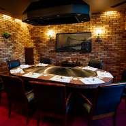 6名用の個室が3部屋、10名まで収容可能な個室が1部屋。扉を開放すると、12名用と16名用の大きな個室としても利用できます。個室には専属のスタッフ付き。鉄板で神戸ビーフを美味しく焼き上げてくれます。