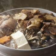 味噌で仕立てると、せっかくの肉の美味しさが後ろに隠れてしまうんだとか。そのため、味噌ベースの『猪鍋』を提供する店が多いなか、こちらでは、すき焼きに近い醤油ベースの出汁が使われています。