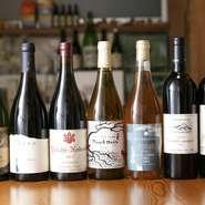 生産者のことを知り自分で説明できるものを出したいとの思いから、安西さんが蒐集するワインはすべて日本のワイナリーのもの。「網羅はできないんです」と言いながらも、常に100種類以上のストックが揃います。