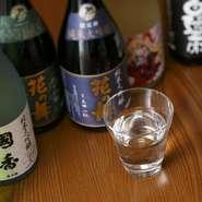 店主の出身地でもある静岡県は、富士山や南アルプスに囲まれた名水の地。花の舞酒造や土井醸造所など、県内の蔵で醸造されたものを中心に日本酒が揃います。