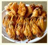 実は、実は、、、 風来坊の創業時の売りの逸品は手羽先ではなく、、、 この鶏半分丸揚げて秘伝のタレで味付けしたターザン焼きだったのです!風来坊の真の伝統の味を是非ご賞味ください。