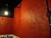 壁にはたくさんのワイン生産者のサインが