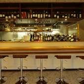一人でワインを楽しむ夜にうってつけのカウンター席