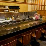 入店するとすぐに料理人が明るい笑顔で出迎えてくれるので、初めて訪れても、まるで常連のようにすぐに馴染めます。鉄板の上で繰り広げられる料理人の技、みずみずしい食材にも目を奪われて。