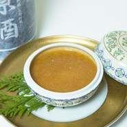 フランス産のフォアグラを贅沢に裏ごしし、鶏スープと卵を加えて茶碗蒸しにしました。フォアグラの濃厚な味わいが癖になる逸品です。ズワイ蟹の餡をかけて召し上がれ。