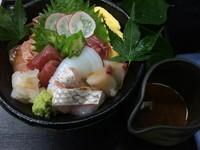 その日に最高なお造りを海鮮丼にしました。手作り胡麻たれ派。醤油派。塩派。どれもおいしいですね☆