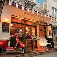 お店の内装は、フランス・パリの裏路地をイメージしています。どこかアンティーク調になっているので、固苦しさを感じず、誰でも気軽に入りやすい雰囲気です。