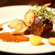 創業当初から作り続けている人気のメニュー。和牛のホホ肉による、弾力がありつつも、柔らかい食感が魅力。創業当初から、継ぎ足ししてきた秘伝のソースで煮込み、ホホ肉に味がしっかりと染み込む。