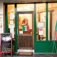 緑と赤を基調としたインテリアが目を引く店内。一歩足を踏み入れると、イタリアに来たかのような雰囲気を味わえます。日本にいながらにして、気軽に本場の味を堪能できます。