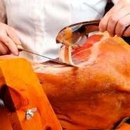 小麦はイタリア産のデュラム小麦を、卵は地元奈良の【塚原農園】の平飼い飼育の鶏からとれたものを使用するなど、食材にもこだわりが。本場で修業した料理を、イタリア風のインテリアで彩られた店内でどうぞ。