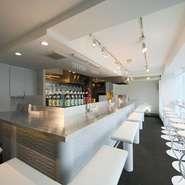 白を基調にスタイリッシュなデザインで統一された空間。席はすべてカウンター席となっていて、親しい仲間と会話を交わしつつのんびり過ごすには最適な空間です。