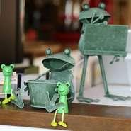 店内にはカエルの人形などがあちこちに置いてあります。ちょっとアーティスティックなアイテムもあるので、ぜひインテリアを楽しんでください。