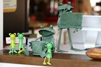 カエルが大好き、だから店名は「カエルの家」