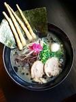黒胡麻岩海苔正油麺!正油ベーシックにベアクローメンマ、黒胡麻岩海苔、板海苔トッピン具。味変きざみ山葵で2度美味しい