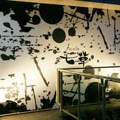 白と黒で表現したシックな看板が目印