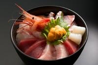 本生まぐろと、旬の新鮮な魚介を10種類くらい贅沢に盛り込んだ『海鮮丼』。日によって魚の種類は変わるので、どんな海鮮丼になるかは当日までのお楽しみ!