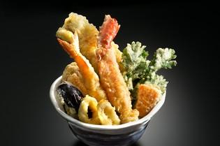 毎朝仕入れる新鮮な魚介を天婦羅に。豪快盛り付けの『豪快天丼』