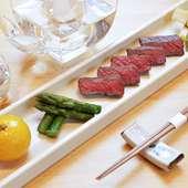魚だけでなく肉料理も扱います。料理に合ったお酒も用意