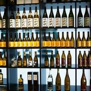 常時50種類ほどの日本酒を用意し、お肉と一緒にさまざまな味わいを堪能することができます。山形県内の名酒から日本全国のお酒まで、幅広いラインナップを取り揃えています。
