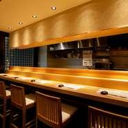一人の時間をゆったりと過ごしたい方は、カウンターがおすすめです。寿司を握る大将の様子を眺めながら、自分好みの日本酒を飲み干す。好きなネタを好きなタイミングでオーダーできる、懐の深さも魅力の一つです。