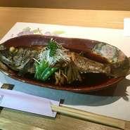 魚の煮付けは「おいしい!」とどちらのお客様にも大評判のおすすめメニューです。お魚の旬に応じて使うお魚と値段が変わります。 現在はキンキを御提供中!