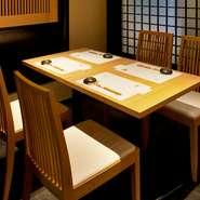 店内にはカウンターのほか、テーブル席もご用意しております。料理や日本酒、大切な方との会話を楽しめる落ち着いた空間。接待や会食、記念日やデートなど大人のひと時をお過ごしいただけます。