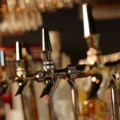 豊富に揃ったビールやウイスキーなどのアルコールドリンク