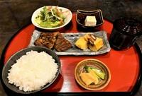 鰻巻きと鰻2切がメインの、お手頃に鰻が食べられるメニュー。 漬物、サラダ、小鉢、お吸い物、デザート付き。