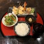 生簀炉ばた源喜で提供しているグランドメニューより選び、プラス200円でご飯、みそ汁、サラダがついた定食に出来る。ご飯のお替り自由。プラス150円でデザートも追加できる。