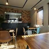 レンガやウッド調がオシャレ、ゆったり寛げるカフェスペース