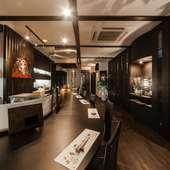 黒を基調としたシックな空間が広がるオシャレな鉄板焼の店