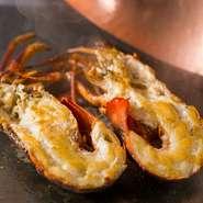 福岡県や和歌山県産の伊勢海老は、香り高いオリーヴオイルで焼き上げたミソと一緒にお召し上がりください。