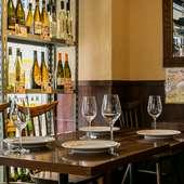 テーマは「酒屋」。特にワインの品揃えが豊富です