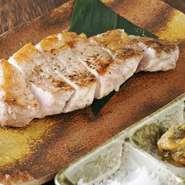 『さがみあやせポーク』は、90年以上歴史をもつ生産者が豚の成長に合わせた独自の飼料を使っているので、風味も格別です。『美味鳥』は静岡の銘柄鶏で、甘味とコクのあるまろやかな味が特徴。ぜひご賞味ください。
