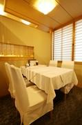 テーブルと椅子が配された、洋風スタイルの個室も完備