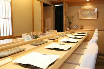 四季折々の一皿と、こだわりのにぎりを堪能できる寿司屋