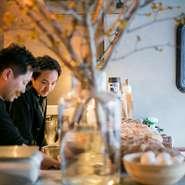 料理人として以前に、原さんと後藤さんの共通点はデザインやカルチャーに関心があったこと。器やインテリアをはじめ、音楽や小物まで、そのこだわりが店の隅々にびっしり詰まっています。