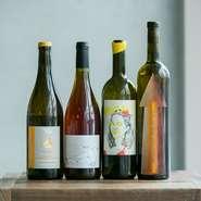 常時約30種がリストオンされるワインは、ほとんどがフランスの自然派。確かなセレクションに、カウンターやテラス席でワインだけ軽く数杯飲んでいく常連の方も多いとか。