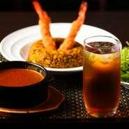 【銀座 古川】では水の替わりにアイスティーが提供されます。これは紅茶研究家の磯淵猛氏のアドバイスによるもの。シェフがスリランカを訪れて選んだセイロンティーは爽やかな後味が特徴で、カレーとの相性も抜群。