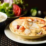 タラバガニと魚介、白ワインで出汁をとり、具材に鯛、帆立、ズワイガニなどを使った当店でしか食べられない濃厚なシチューです。美味しいのは前提として、家庭では再現できない、驚きと感動を与える味を意識。